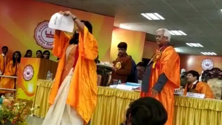 ജാദവ്പുരിലെ ബിരുദദാന ചടങ്ങില് പൗരത്വ നിയമ ഭേദഗതി വലിച്ചുകീറി പ്രതിഷേധം -VIDEO