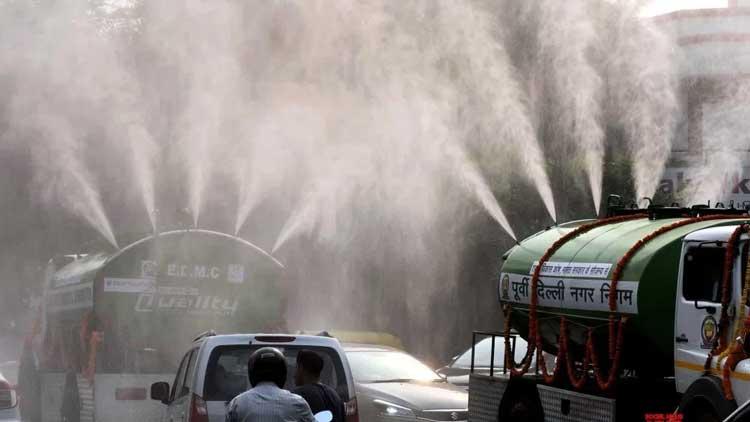ഡൽഹിയിൽ പൊടിശല്യം ഒഴിവാക്കാൻ അഞ്ച് ലക്ഷം ലിറ്റർ വെള്ളം കൊണ്ട് 'മഴ പെയ്യിച്ച്' ഫയർഫോഴ്സ്