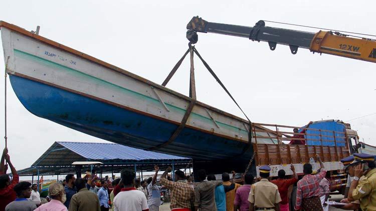 fishernan-boats-to-help-flood