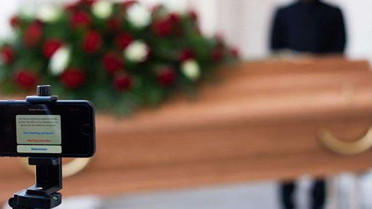 പിതാവ് മരിച്ചു: സംസ്കാരച്ചടങ്ങുകൾ ഓൺലൈനിൽ കണ്ട് മക്കൾ