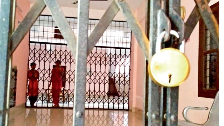 വനിത ഉദ്യോഗസ്ഥകരെ അകത്താക്കി വാർഡൻ ഹോസ്റ്റൽ പൂട്ടി മുങ്ങി