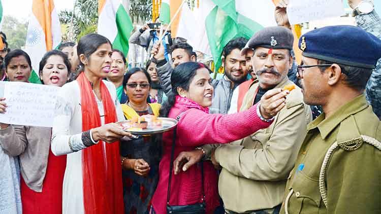 ഹൈദരാബാദ് 'ഏറ്റുമുട്ടൽ' കൊല; കൈയടിച്ചും കല്ലെറിഞ്ഞും സമൂഹ മാധ്യമങ്ങൾ