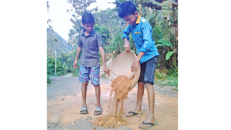 റോഡിലെ കുഴികളടച്ച് കൊച്ചു കൂട്ടുകാർ; കൈയടിച്ച് സോഷ്യൽമീഡിയ