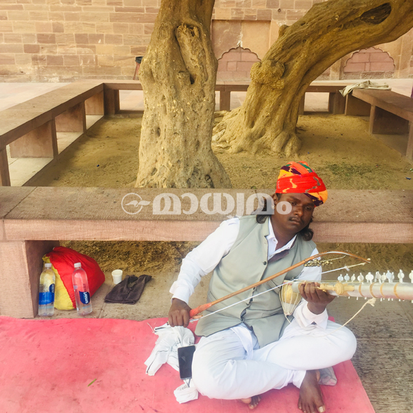 jaipru-man-with-instrument-in-meharangarh-fort