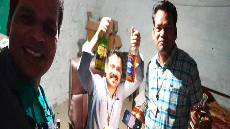 മദ്യകുപ്പിയുമായി ഫോട്ടോക്ക് പോസ് ചെയ്ത സർക്കാർ ഉദ്യോഗസ്ഥർക്ക് സസ്പെൻഷൻ