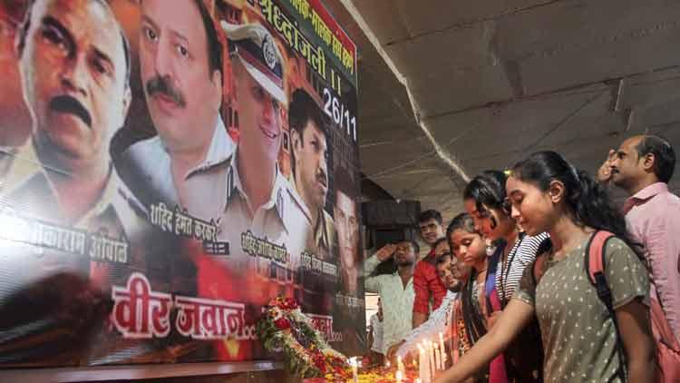 മുംബൈ ഭീകരാക്രമണത്തിന് 11 വയസ്സ്; ജീവൻ വെടിഞ്ഞവർക്ക് ആദരമർപ്പിച്ച് മഹാനഗരം