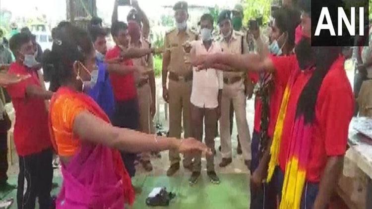 ചത്തീസ്ഗഢിൽ 18 നക്സലുകൾ  ആയുധം വെച്ച് കീഴടങ്ങി