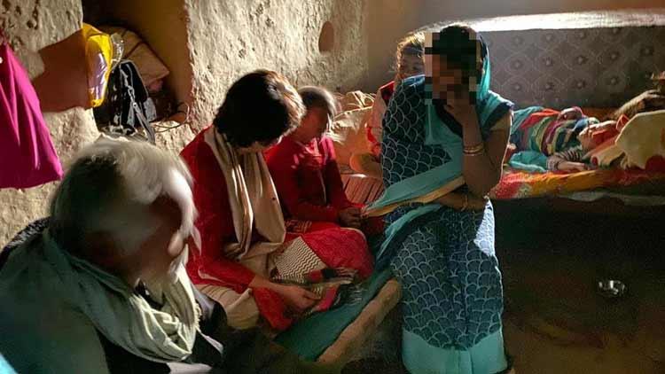 ഉന്നാവിലെ പെൺകുട്ടിയുടെ കുടുംബത്തെ ആശ്വസിപ്പിക്കാൻ പ്രിയങ്ക ഗാന്ധിയെത്തി