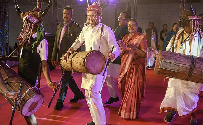 ഛത്തീസ്ഗഢിലെ ആദിവാസി സമൂഹത്തോടൊപ്പം നൃത്തം ചെയ്ത് രാഹുൽ ഗാന്ധി