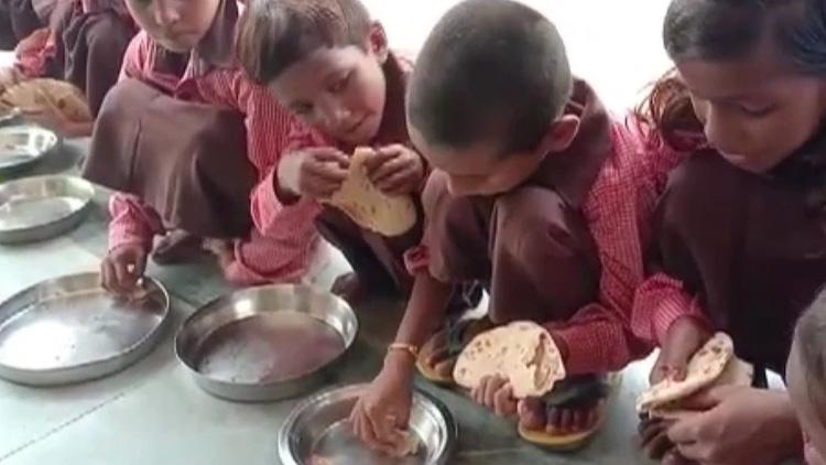 ഉത്തർപ്രദേശിലെ സ്കൂളിൽ ഉച്ചഭക്ഷണം ചപ്പാത്തിയും ഉപ്പും