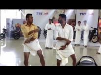 Dhoni's funny lungi dance
