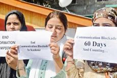 Kashmir-Female-Journlaists-holding-placard