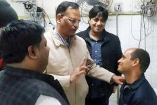 delhi-minister-met-fireman-rajesh-shukla