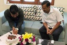 kejriwal-with-aap-worker