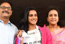 sindhu-with-family-250819.jpg