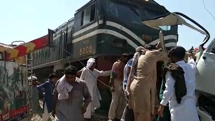 പാകിസ്താനിൽ മിനി ബസ് ട്രെയിനുമായി കൂട്ടിയിടിച്ച് 20 സിഖ് തീർഥാടകർ മരിച്ചു