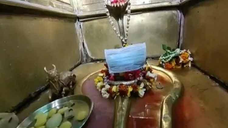 കോവിഡ് -19; വാരാണസിയിലെ ക്ഷേത്രത്തിൽ വിഗ്രഹത്തിനും മാസ്ക്