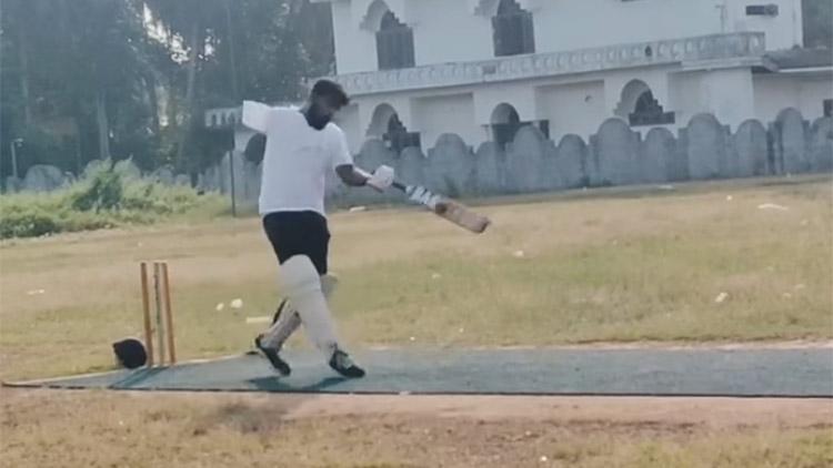 ഒറ്റക്കൈയിൽ പടുകൂറ്റൻ സിക്സ്; സ്റ്റാറായി വിഷ്ണു- VIDEO